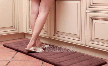 Giặt thảm chùi chân là việc cần được thực hiện định kỳ, thường xuyên