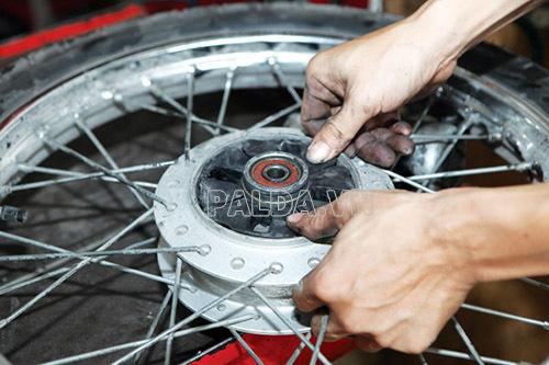 Xe máy bị giật khi lên ga do mòn cao su giảm giật trên bánh xe