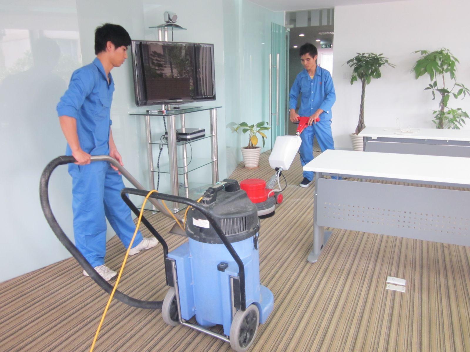 Giặt thảm văn phòng bằng máy chà sàn và máy hút bụi