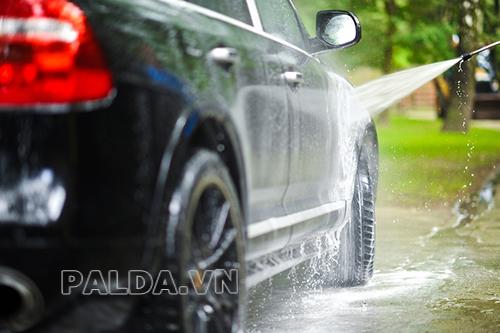 Rửa ô tô bằng thiết bị chuyên dụng