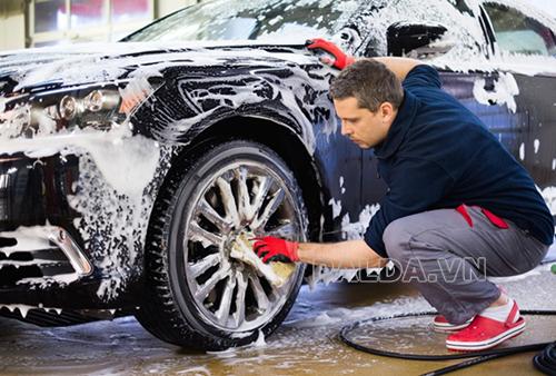 Rửa xe ô tô tại nhà tưởng dễ nhưng mà khó