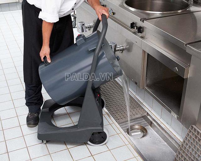 Đổ rác và vệ sinh thùng chứa bụi sau khi hút bụi