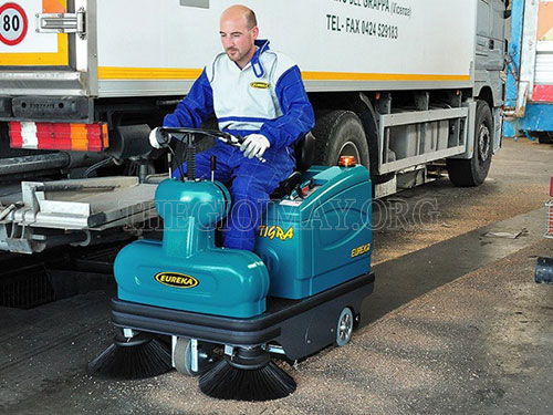 Máy quét rác ngồi lái có công suất làm việc gấp nhiều lần sức con người