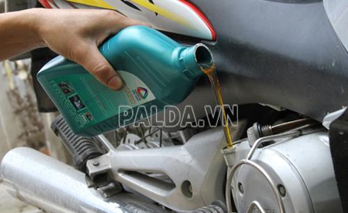 Bạn cần thay dầu nhớt định kỳ để tránh gặp các vấn đề về dầu nhớt