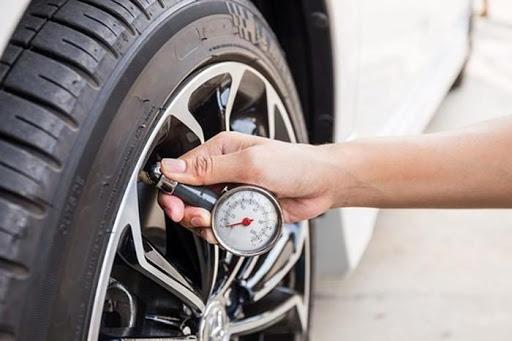 Áp suất lốp quá cao hoặc quá thấp cũng khiến lốp mòn không đều
