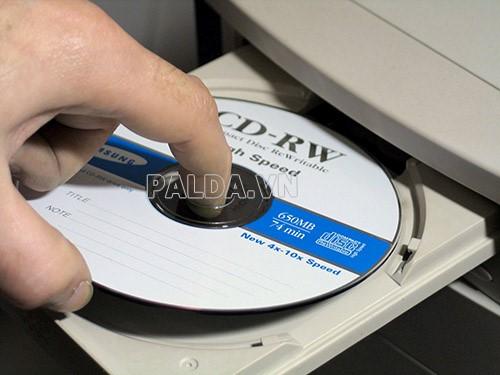 Cho đĩa CD – Rom vào ổ đĩa máy tính