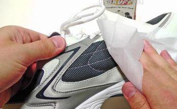 sử dụng các dung dịch vệ sinh tẩy rửa để làm sạch giày