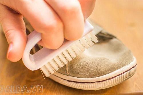 Vệ sinh giày da lộn bằng bàn chải