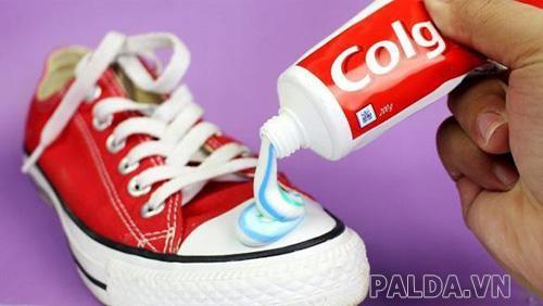 làm sạch giày bằng kem đánh răng