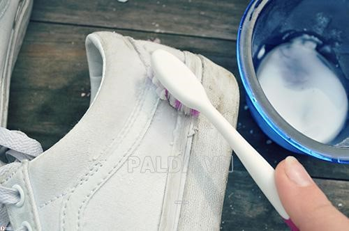 sử dụng bàn trải đánh răng để làm sạch điểm chết của giày