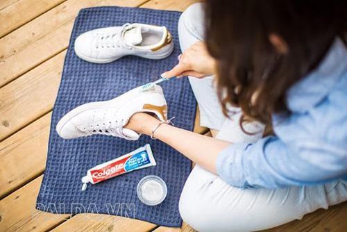 Làm sạch đế giày bằng kem đánh răng