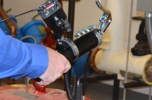 súng bơm mỡ khí nén dùng trong các tiệm chăm sóc ô tô