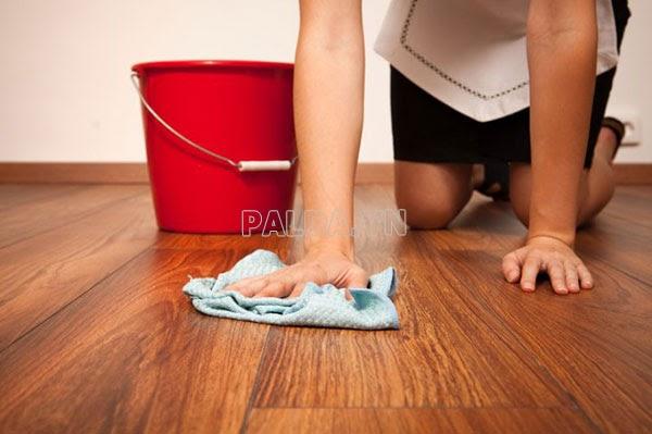 Sử dụng giẻ khô để lau nhà