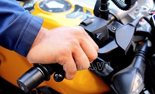 tay lái xe máy bị rung tê tay
