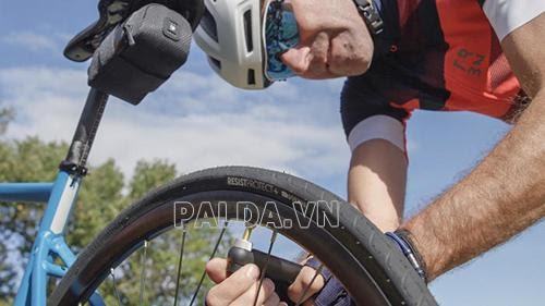 cách bơm xe đạp đua thể thao