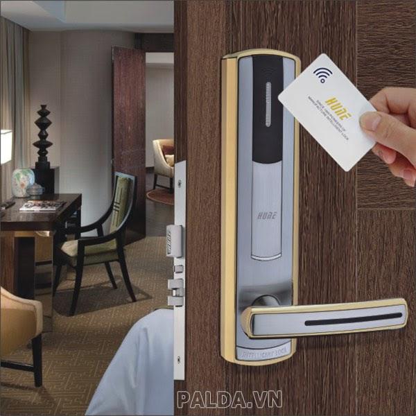 chìa khóa từ khách sạn