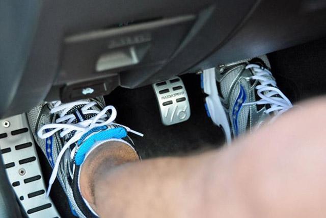 chân côn xe số sàn