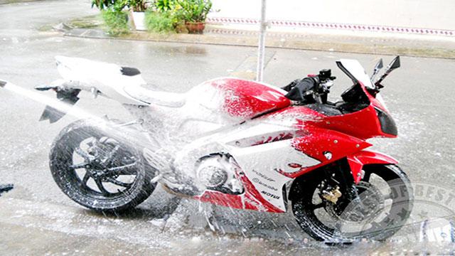 rửa xe máy bị xước